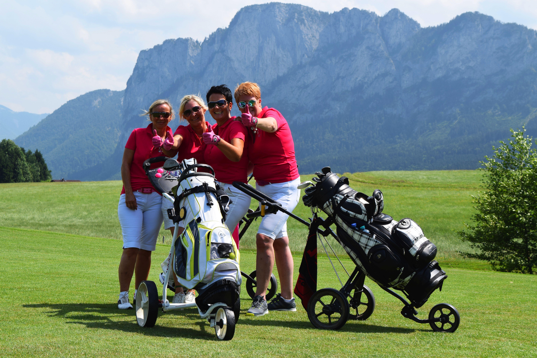4 Damen in rot mit Drachenwand